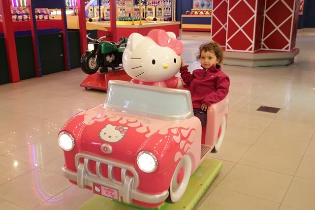 tia sur voiture hello kitty